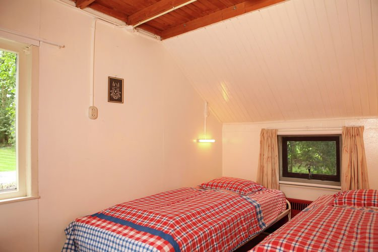 small bedroom - 2 single beds
